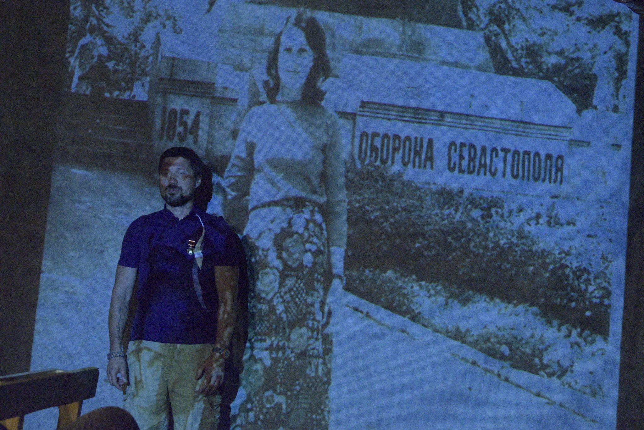 Сцена з вистави. Антон Овчінніков